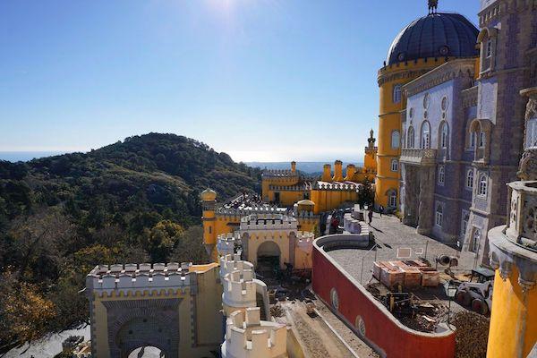 青い空とのコントラストが美しいペーナ宮殿