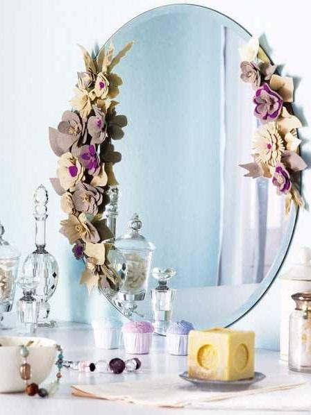 Ideias para decorar espelhos com flores de feltro
