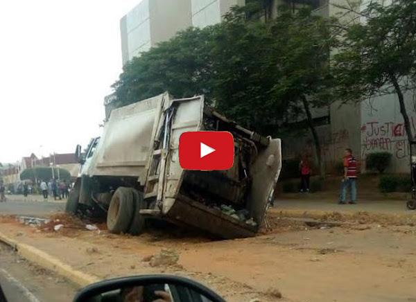 Camión del Aseo es tragado por un hueco en Maracaibo