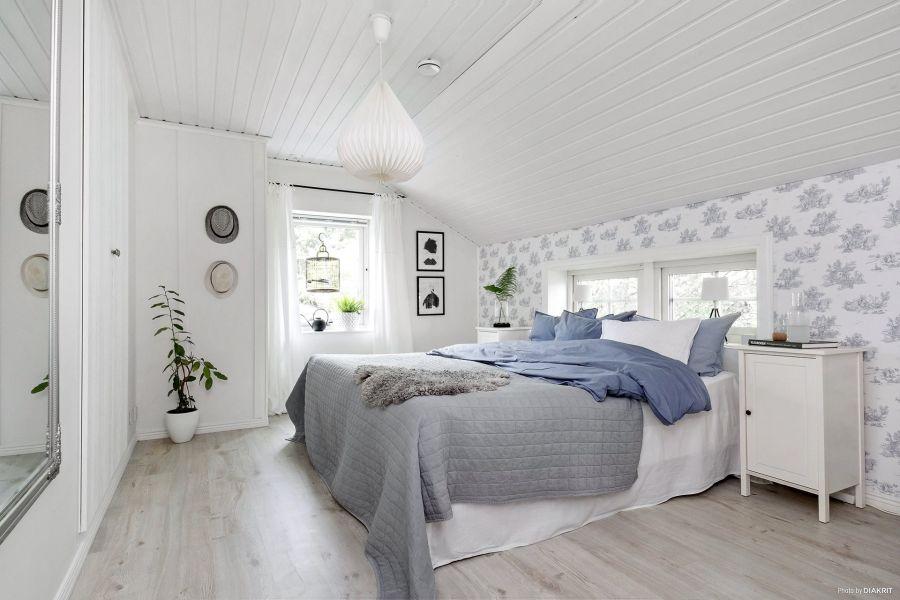 Drewniany domek w bieli i szarościach, wystrój wnętrz, wnętrza, urządzanie mieszkania, dom, home decor, dekoracje, aranżacje, scandi, styl skandynawski, scandinavian style, sypialnia, bedroom, IKEA