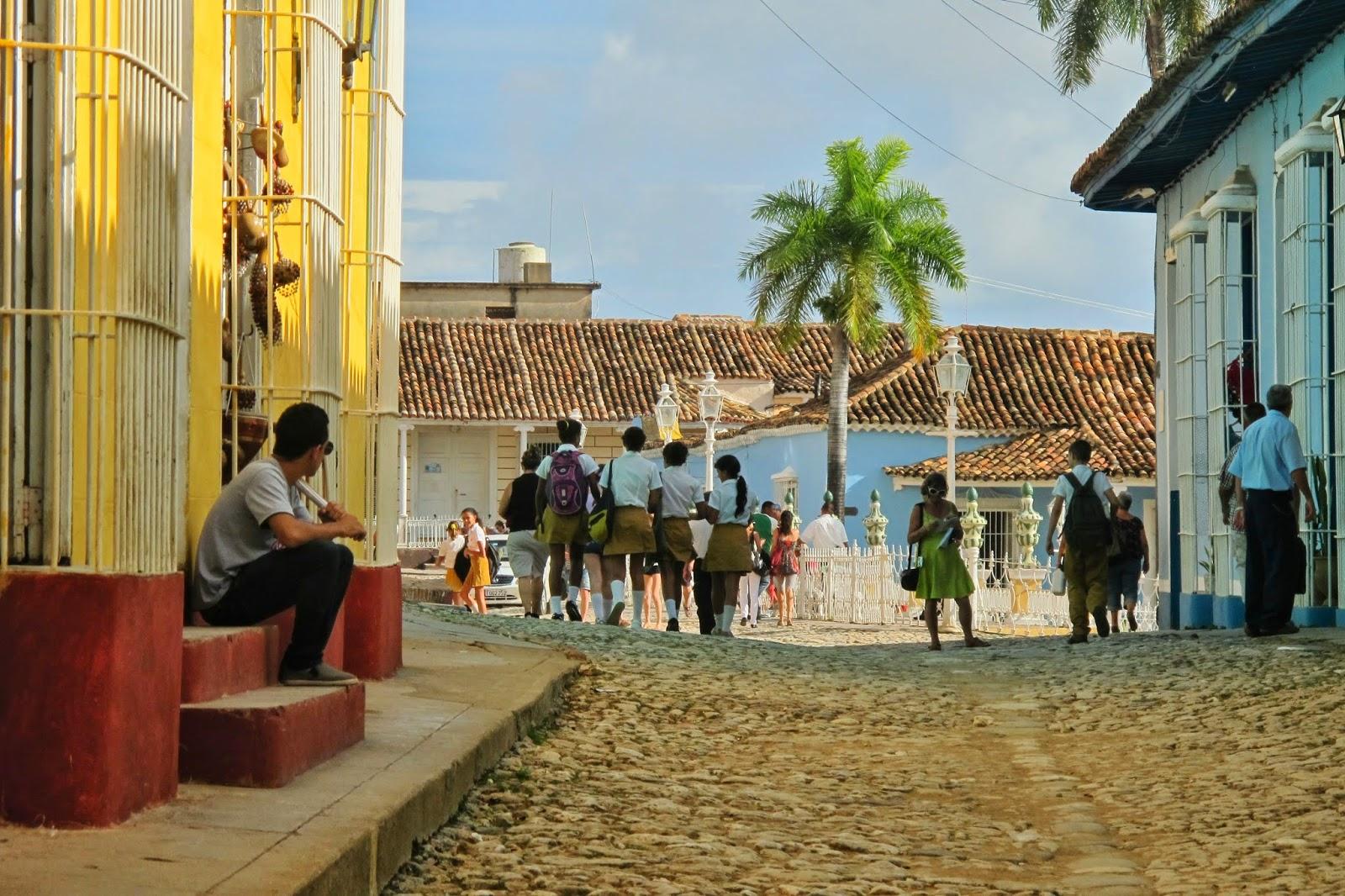 Crianças nas ruas do Centro histórico de Trinidad, em Cuba.