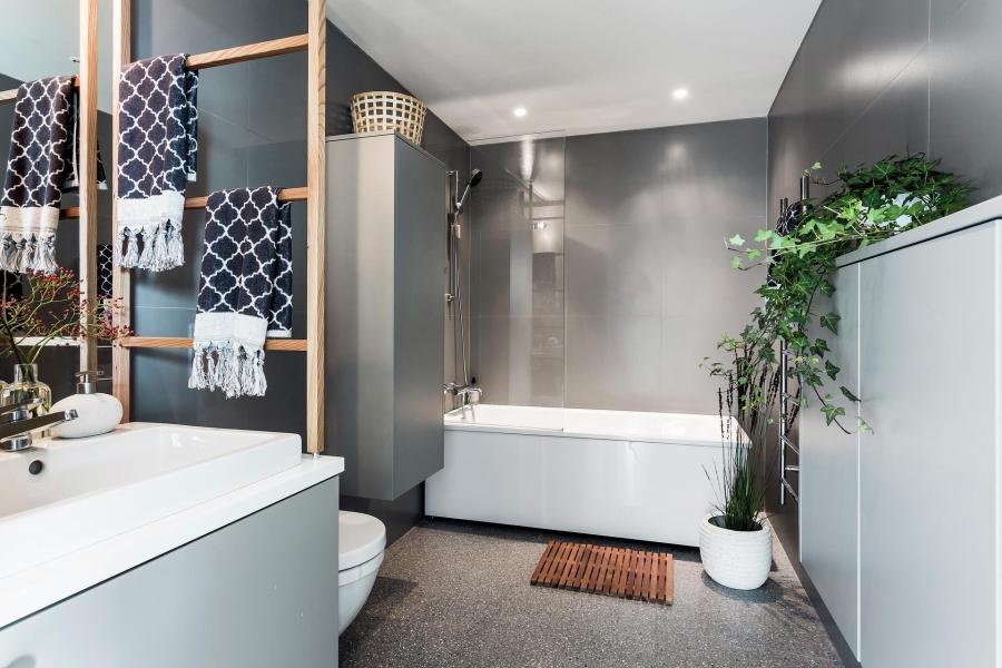 Nowoczesna prostota, wystrój wnętrz, wnętrza, urządzanie mieszkania, dom, home decor, dekoracje, aranżacje, styl nowoczesny, modern style, light colors, jasne kolory, biel, white, szarość, grey, bathroom, łazienka