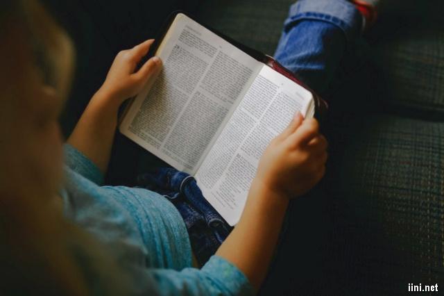 ảnh ngồi đọc sách
