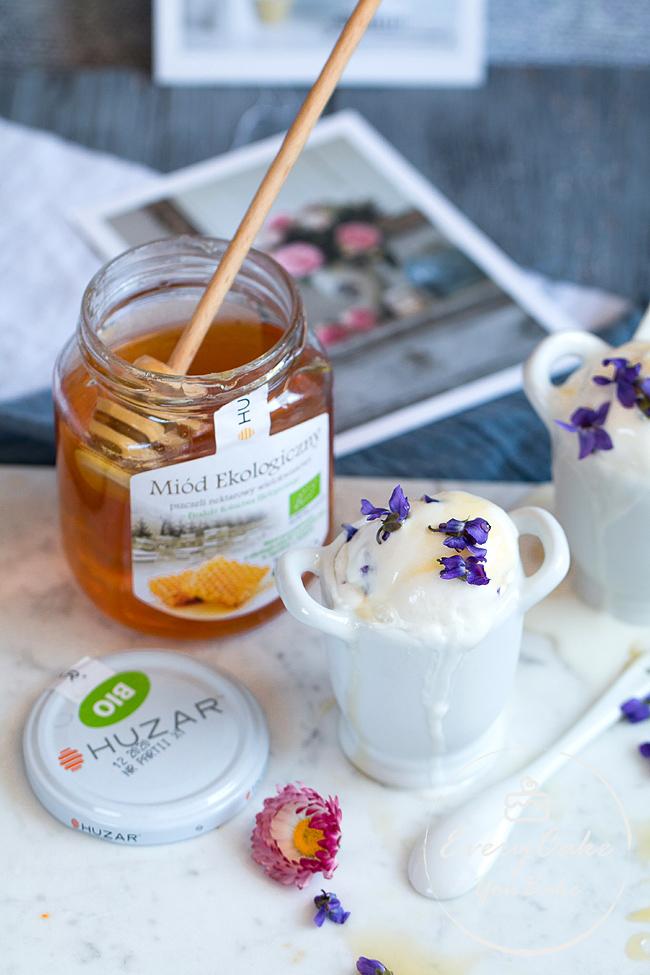 mrożony jogurt z miodem i fiołkami z dodatkiem mleka kokosowego