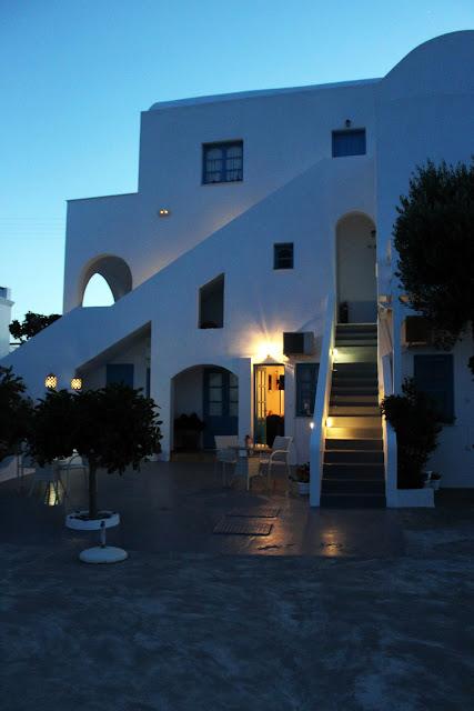 Greece, Santorini, Travel, ampelonas, apartment, white, room, courtyard