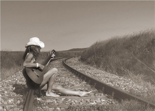 http://4.bp.blogspot.com/-jwmoH1mNLxc/TZ-E-IrbN6I/AAAAAAAAAI8/b5HEsWYPYMk/s1600/woman+with+guitar.jpg