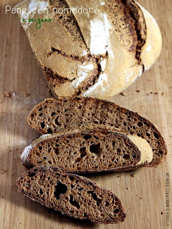 Pane con pomodoro e origano con lievito madre