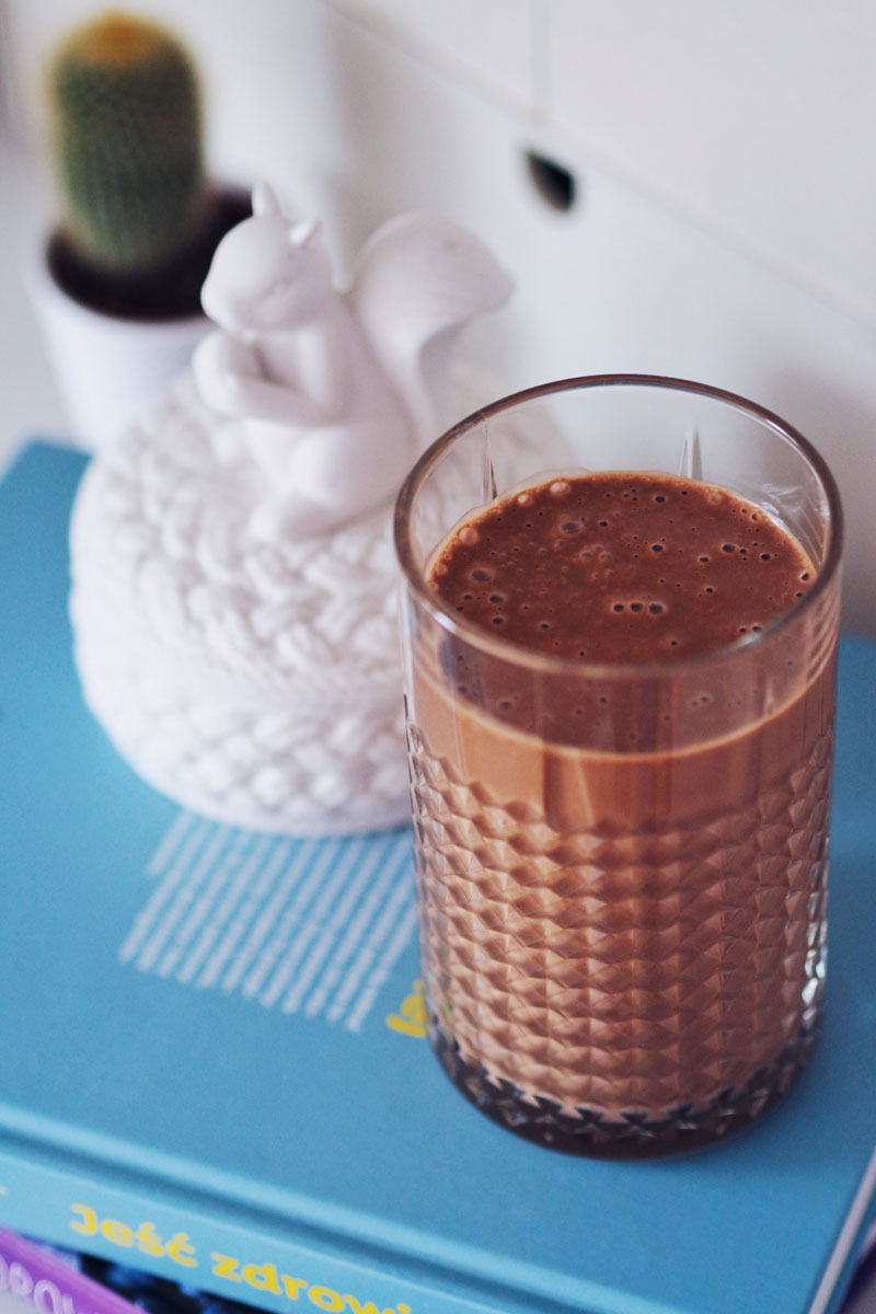 Bananowy koktajl z dodatkiem surowego kakao i masła orzechowego.