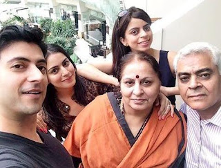 Foto Shraddha Arya dengan Keluarganya