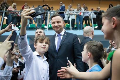 uczeń robi selfie z prezydentem Andrzejem Dudą