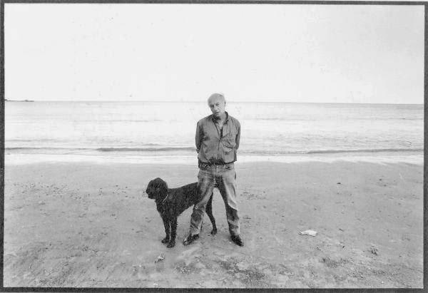 Foto de Eduardo Galeano con su perro Morgan