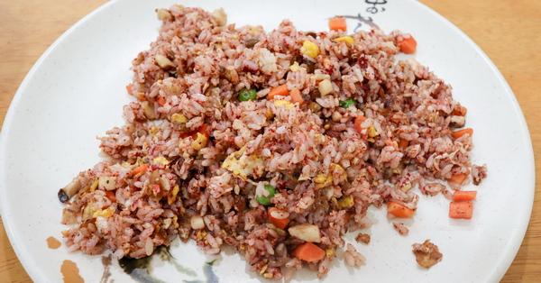 台中大里佑聖齋素食|手工製作養生紅麴蛋炒飯,多種口味炒飯麵食
