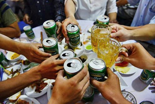 nhậu bia với hải sản