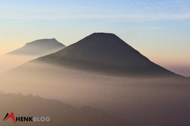 Pemandangan cantik Gunung Sindoro-Sumbing dari puncak Gunung Prau