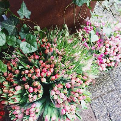 Tulpensträuße in vielen bunten Farben