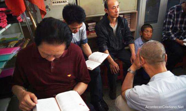 Cristianos chinos estudiando la Biblia