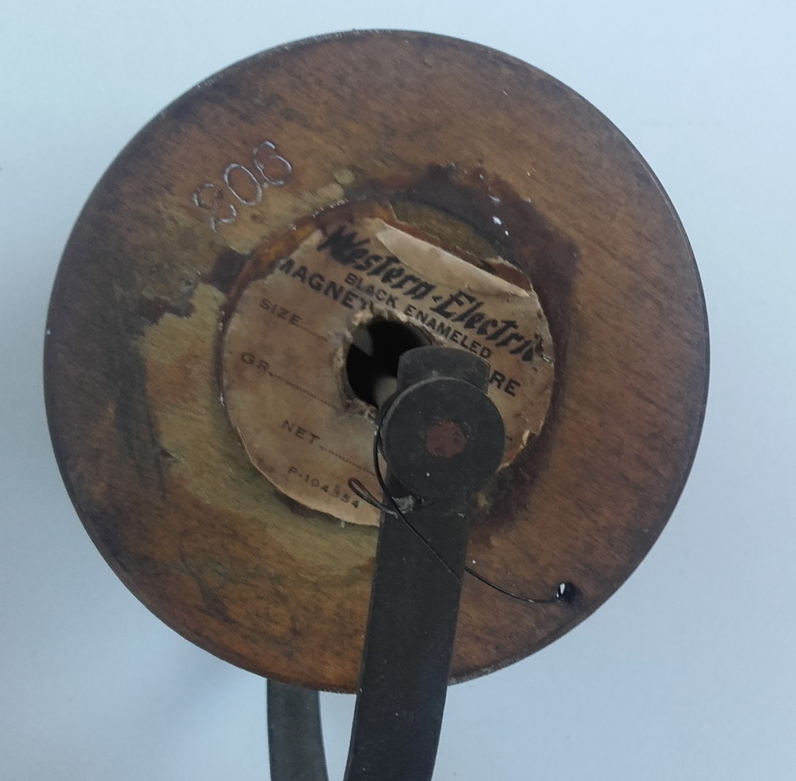 devidoir bobine fil electrique Ancien dévidoir bobine pour fil électrique , pied en laiton , bobine bois.  Western Electric Company
