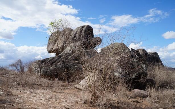 Sítio arqueológico vira depósito de lixo em Pão de Açúcar