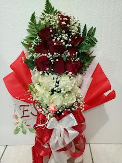 buket bunga tangan mawar merah mix putih baby breat model berdiri