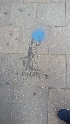 """Stencil der Bavaria auf Gehweg: """"Die FOTZErten"""" Klenzestraße, München"""