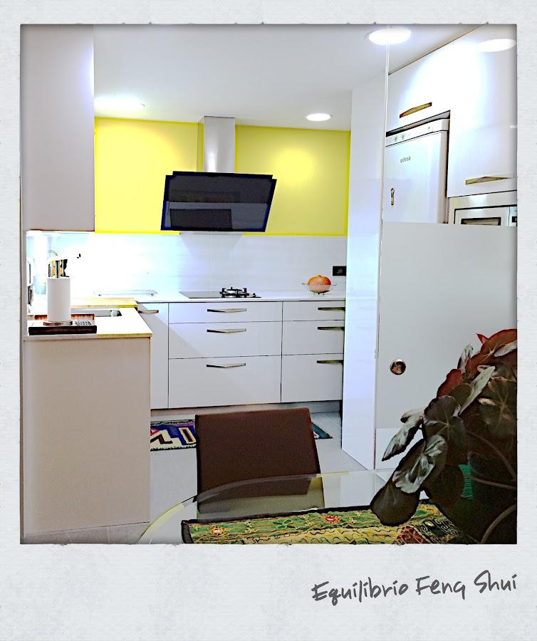 Una de las ventajas de abrir la cocina al salón, es que le llega la luz natural