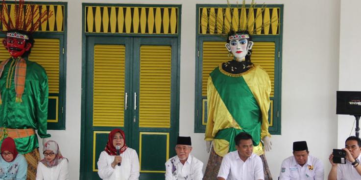 Kepala DPU Kota Tangsel, Hj. Retno Prawati saat memberikan sambutan pada acara pengajian dalam rangka menyambut Bulan Suci Ramadhan 1438 H, yang bertempat di Tandon Ciater Kec. Serpong.