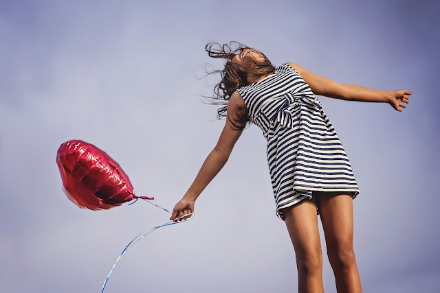 https://pixabay.com/pt/alegria-liberdade-lan%C3%A7amento-feliz-2483926/
