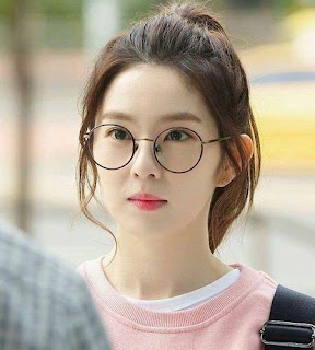 cewek cantik berkacamata