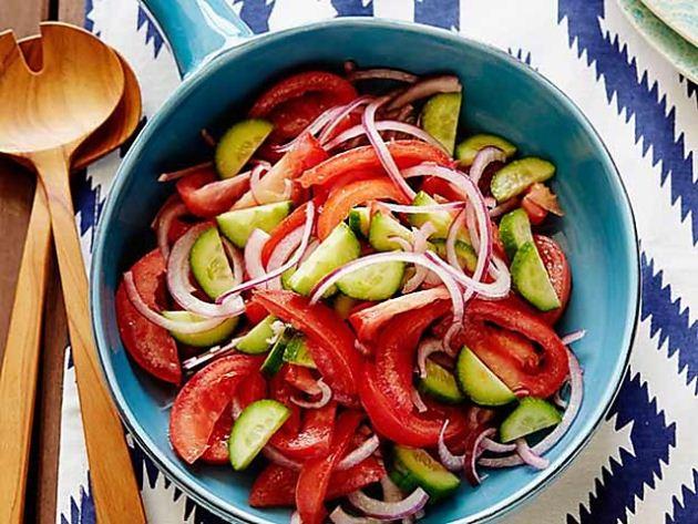 Салат зі свіжих огірків та помідорів з червоною цибулею