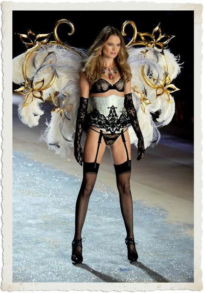 la sfilata in lingerie di Behati Prinsloo durante il tema Dangerous Liaisons del Victoria's Secret Fashion Show 2012