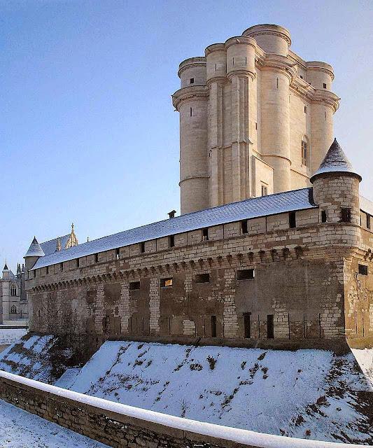 Torre de menagem do castelo real de Vincennes, Paris, França.  A mais alta da Europa: 50 metros. No fundo: a capela