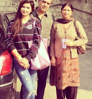 Foto Nikita Sharma dengan Orangtuanya