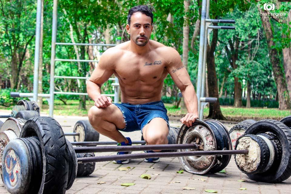 Adauto Brasil mostra físico sarado em ensaio. Foto: Willians Ezegram