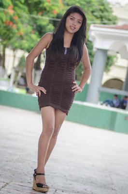 chica linda en poses con minifalda