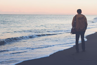 Homme se promenant à la plage