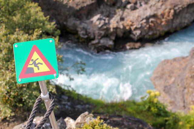 Cuidado con caerse a las aguas de la cascada Hraunfossar