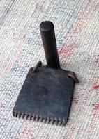 Bir kilim üzerindeki siyah renkli demir kirkit