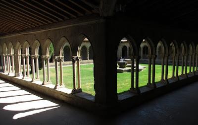 Claustro de la abadía de Saint Hilaire. País de los Cátaros. Francia