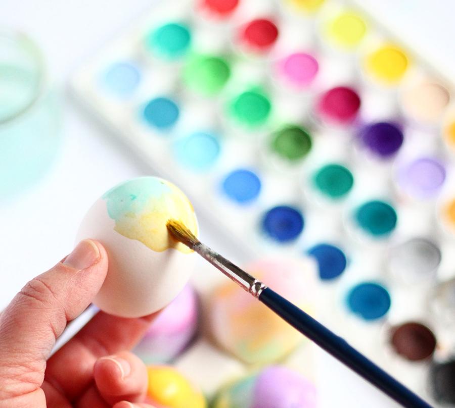 DIY huevos de pascua decorados con acuarelas