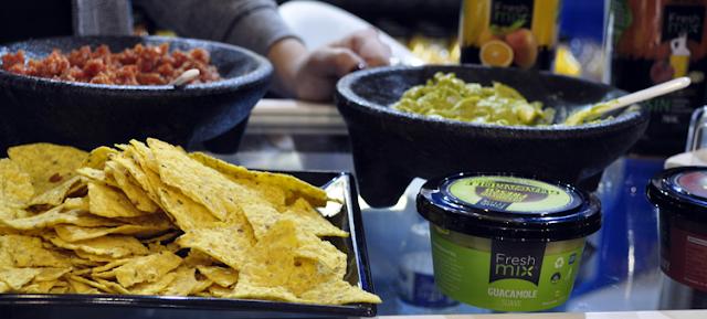 nachos, guacamole y tomate
