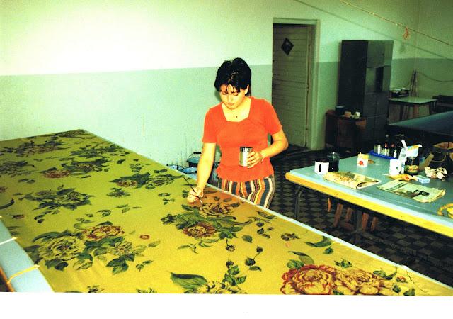ja przy pracy malująca  jedwabny kupon sukienkowy