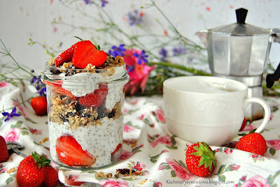 423. Na śniadanie jogurt z chia, domową granolą i truskawkami
