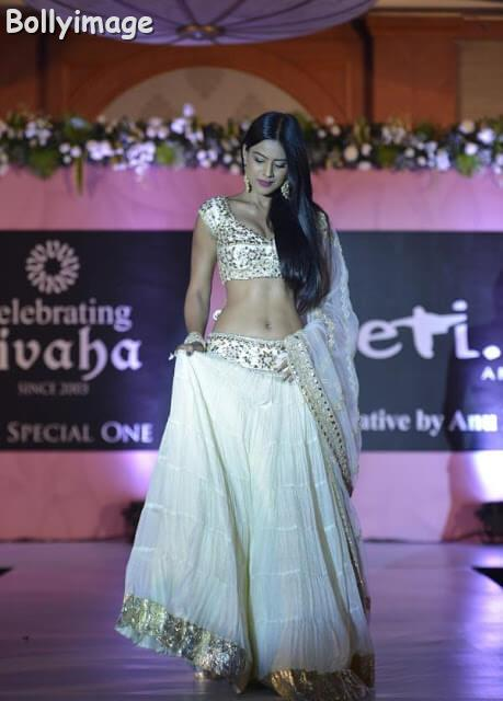 nia sharma latest hot navel show pic