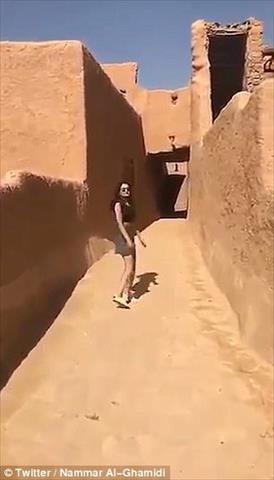 السعودية تلقي القبض على عارضة أزياء بسبب لباسها