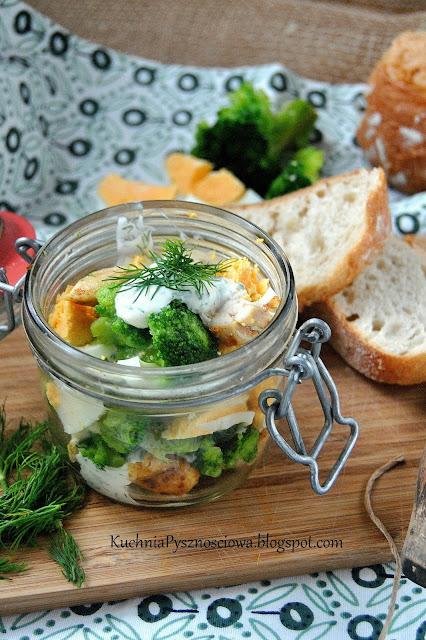 465. Sałatka z brokułem i kurczakiem