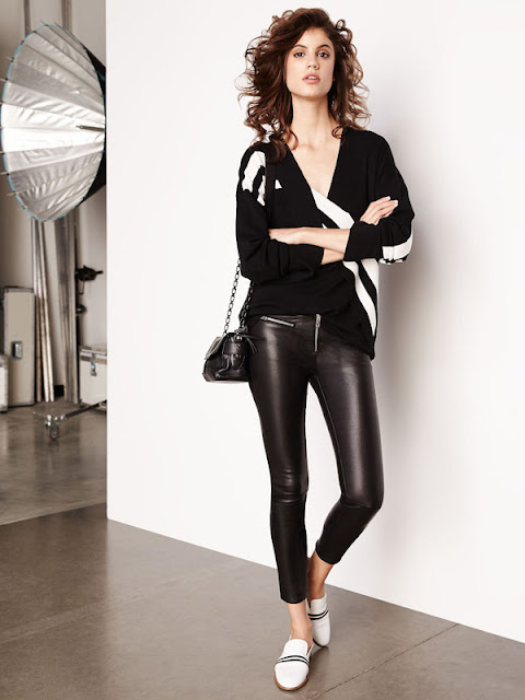Кожаные брюки с черно-белым свитером оверсайз