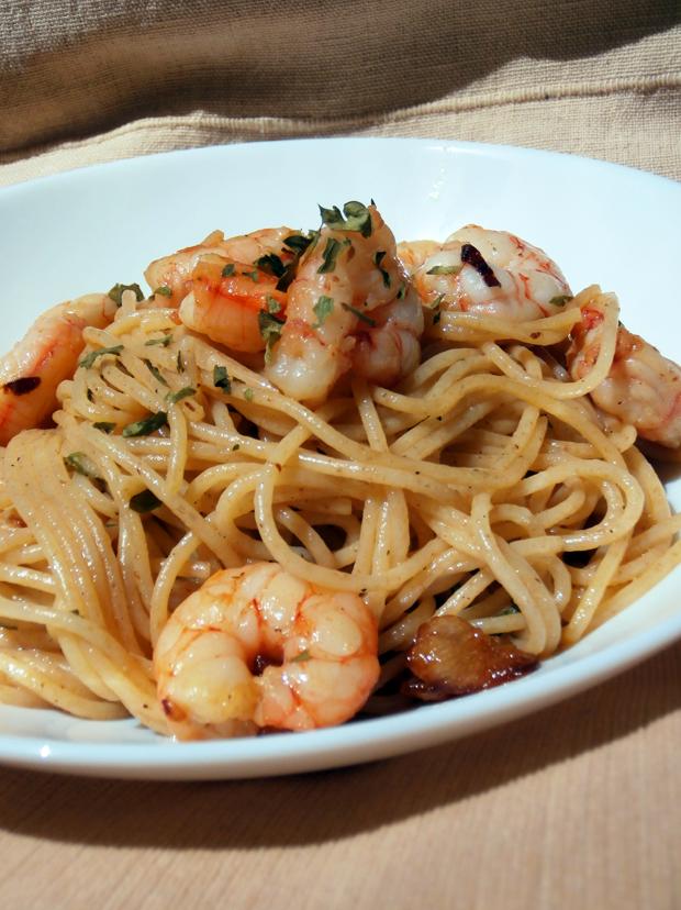 Spaguettis con gambas picantes de Donna Hay
