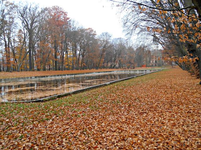 Pałac w Chocianowie jesienią.