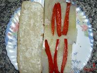 Añadiendo el pimiento rojo asado en tiras