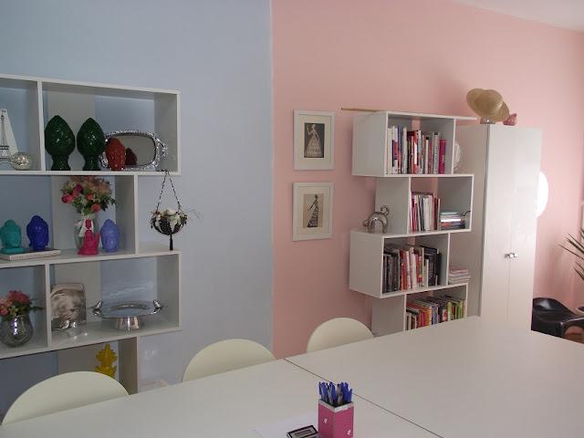 Escritório rosa e azul da loja. blog Achados de Decoração